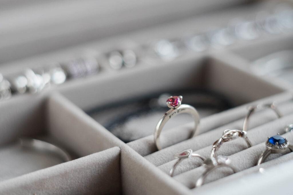 pierścionek srebrny pandora wyeksponowany w szkatułce Stackers
