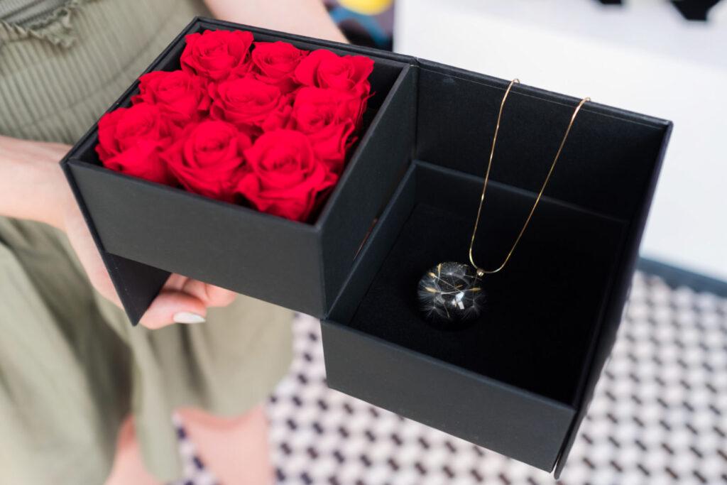 flowerbox z miejscem na prezent