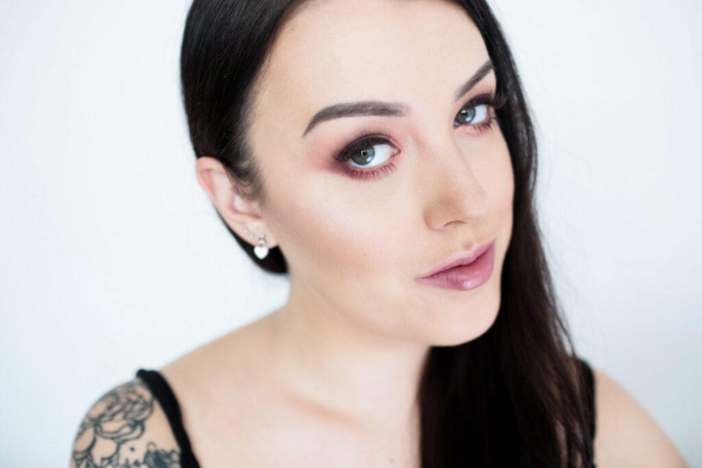 portret brunetki, makijaż oczy