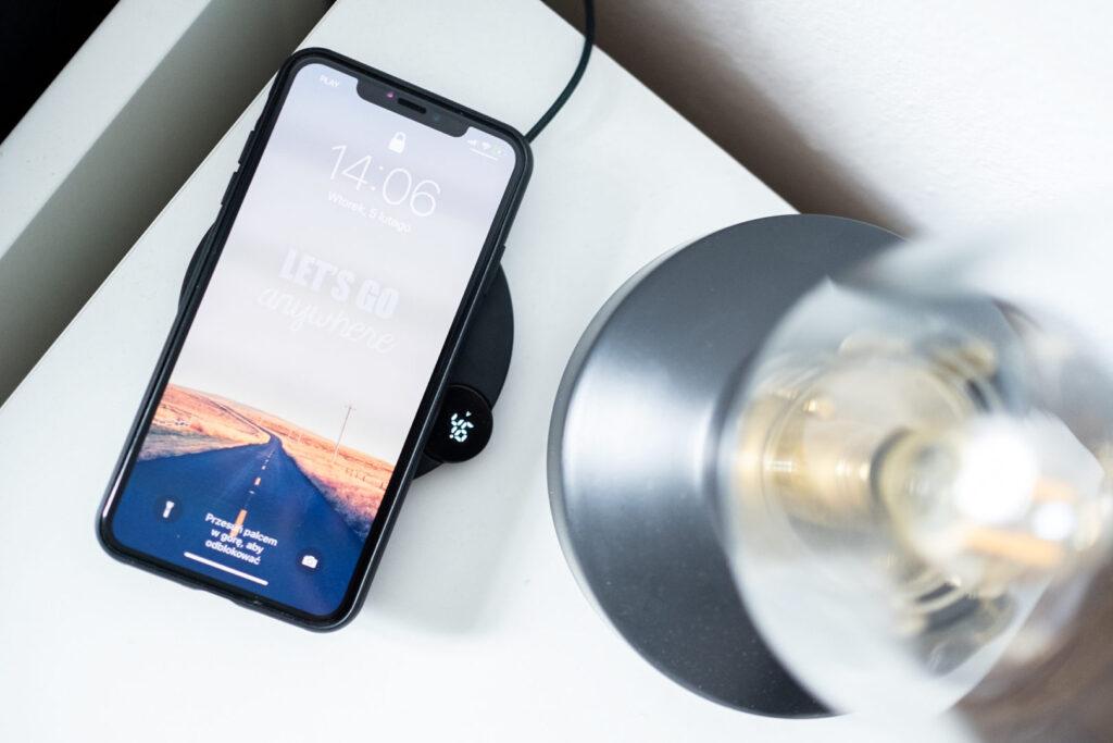 iphone na ładowarce indukcyjnej baseus