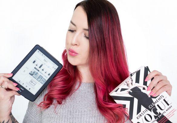 dziewczyna z różowymi włosami trzymająca czytnik ebooków inkbook lumos i książkę papierową