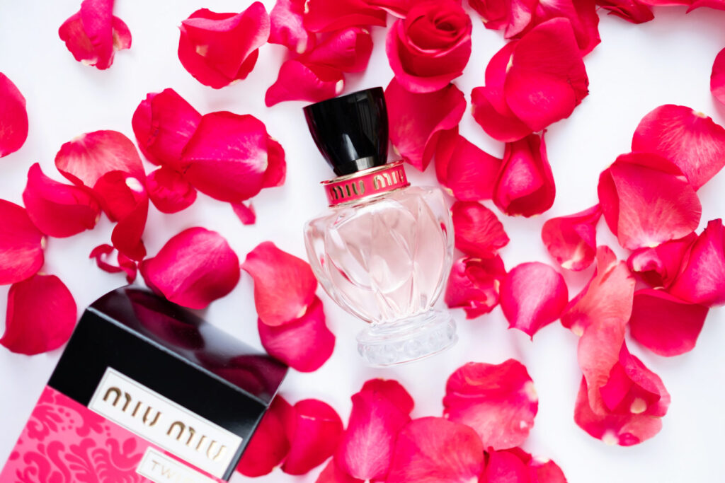 perfumy miu miu twist w płatkach róż