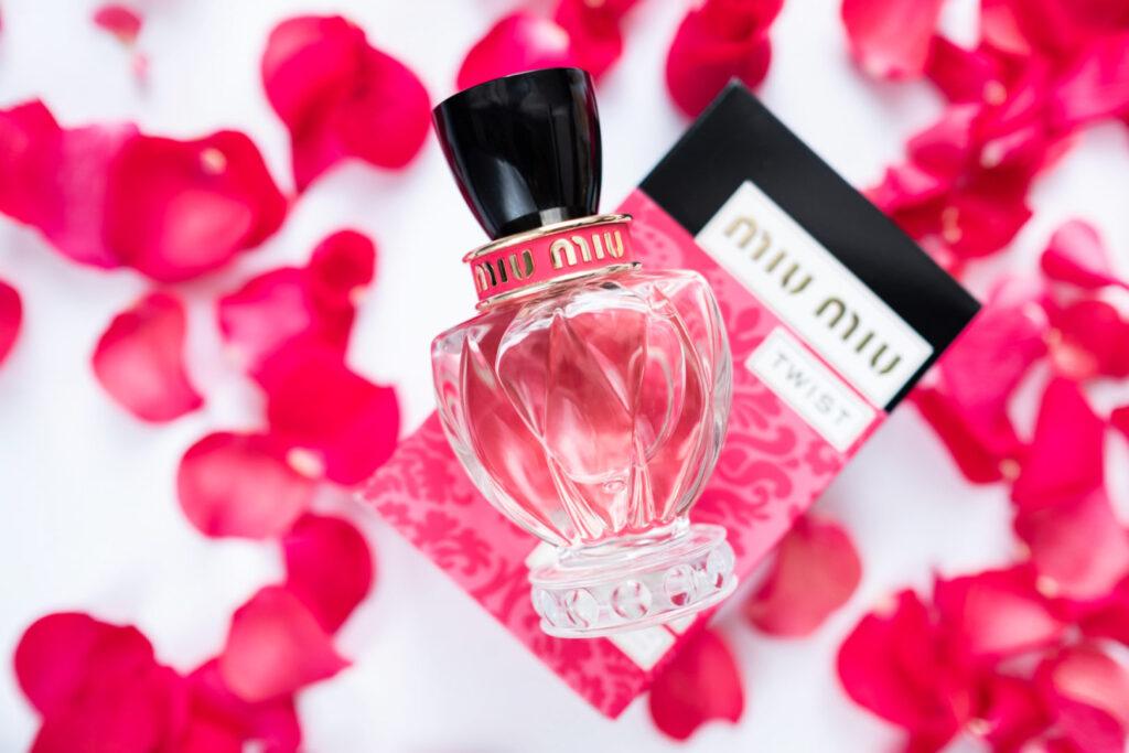 flakon perfum miu miu twist na płatkach róż