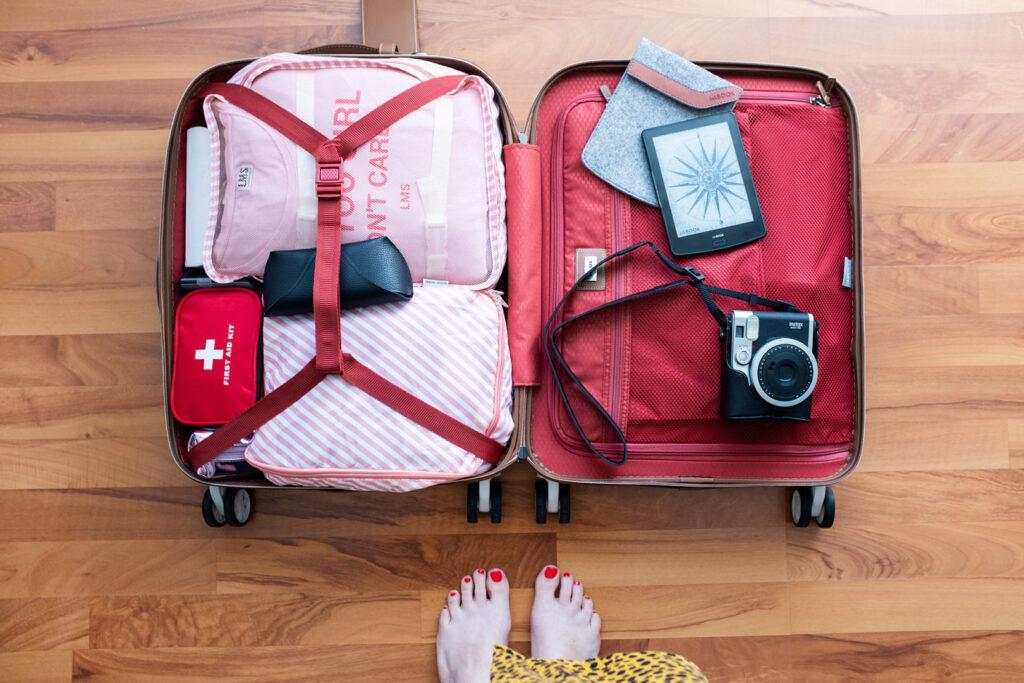 otwarta walizka, bagaż spakowana na wyjazd