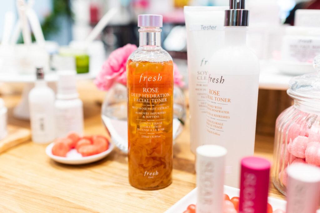 Tonik fresh beauty deep hydration toner zdjęcie produktu pośród innych produktów fresh