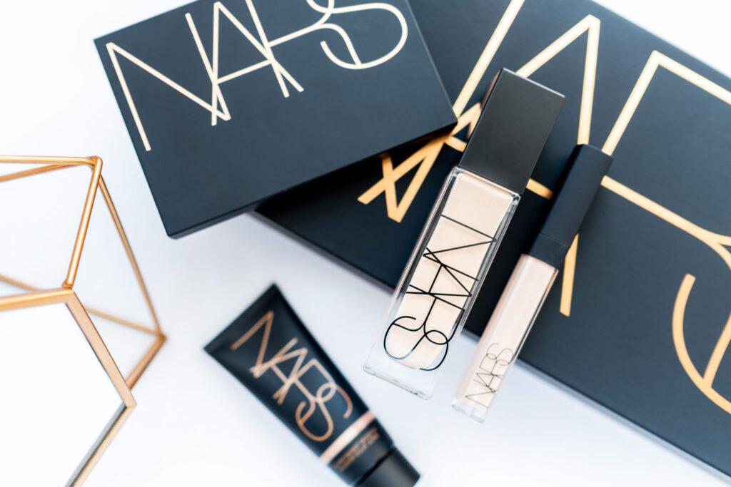 nowości Nars: baza Super Radiant Booster, podkład Natural Radiant Longwear Foundation, korektor Radiant Creamy Concealer i paleta Skin Deep Eye Palette podkład kryjący