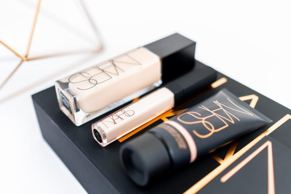 nowości Nars: baza Super Radiant Booster, podkład Natural Radiant Longwear Foundation, korektor Radiant Creamy Concealer i paleta Skin Deep Eye Palette zoom na korektor