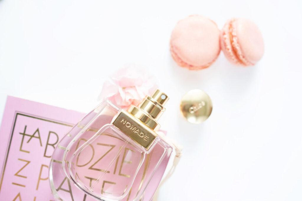 Chloé No Made perfumy, złoty flakonik, książka i makaroniki
