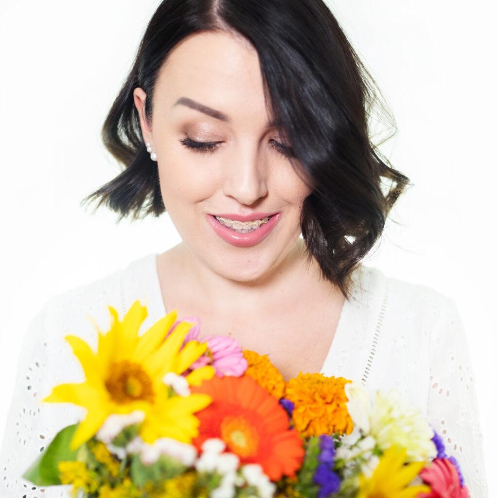 krótkie włosy dziewczyna portret z kwiatami