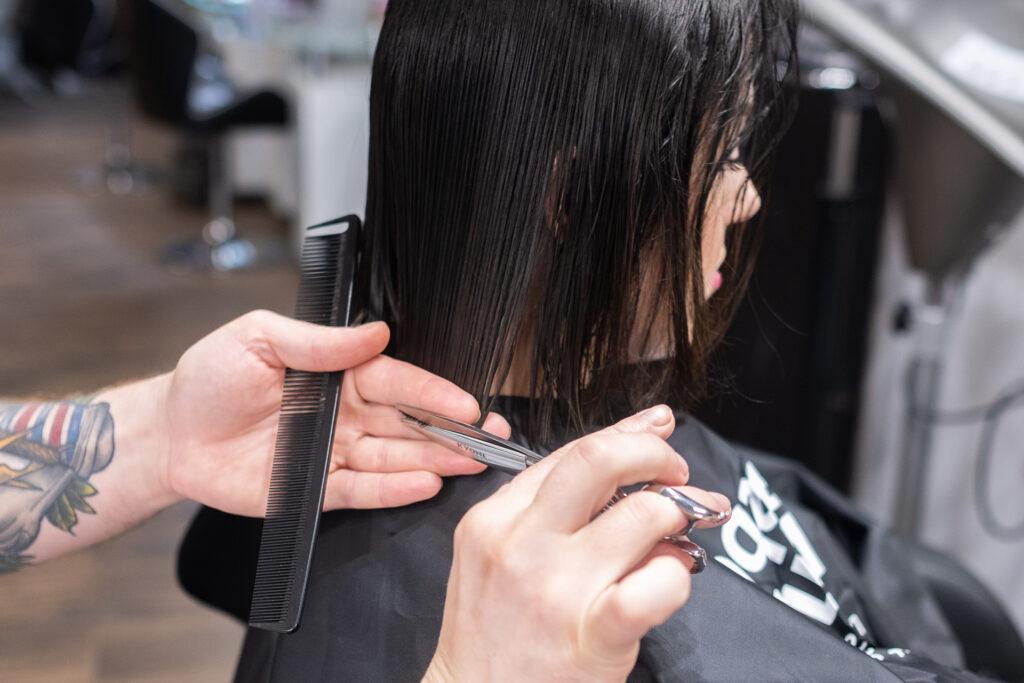 cięcie włosów na krótkie
