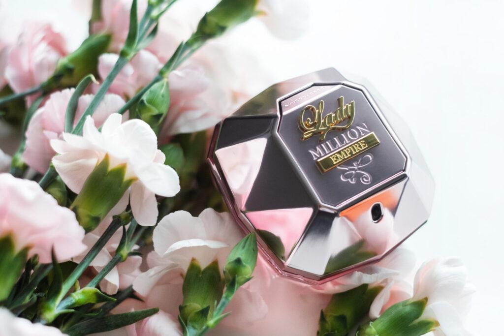 Lady Million Empire nowe perfumy od Paco Rabbane zdjecie flakoniku w goździkach