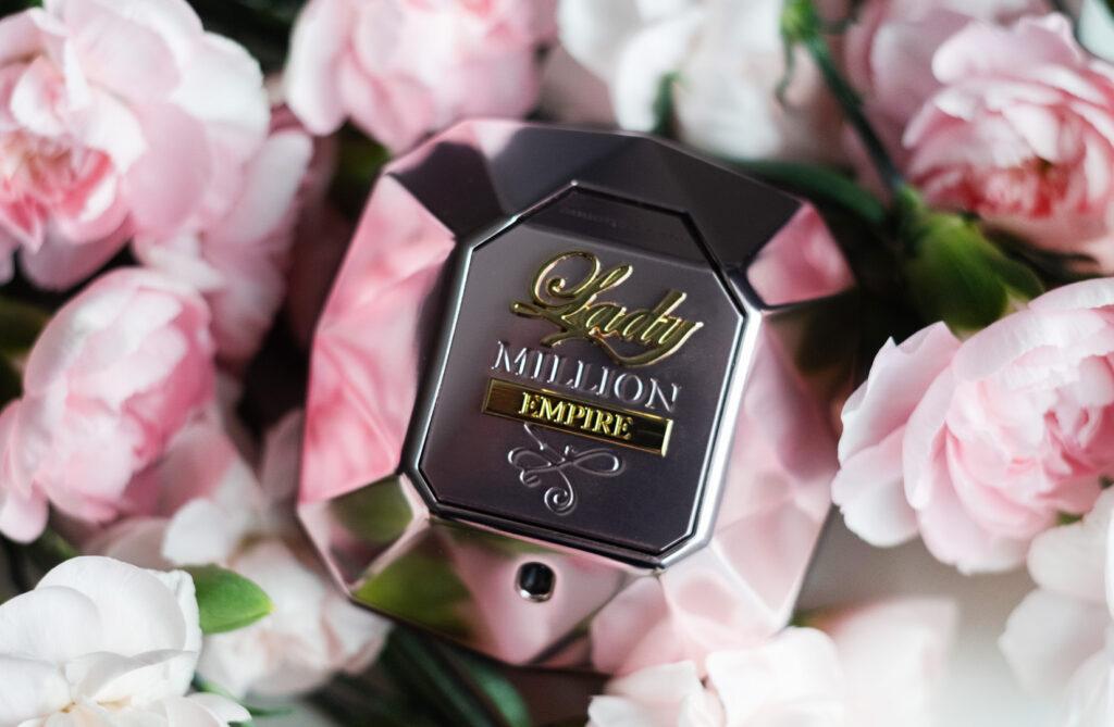 Lady Million Empire zdjęcie flakoniku w kwiatach