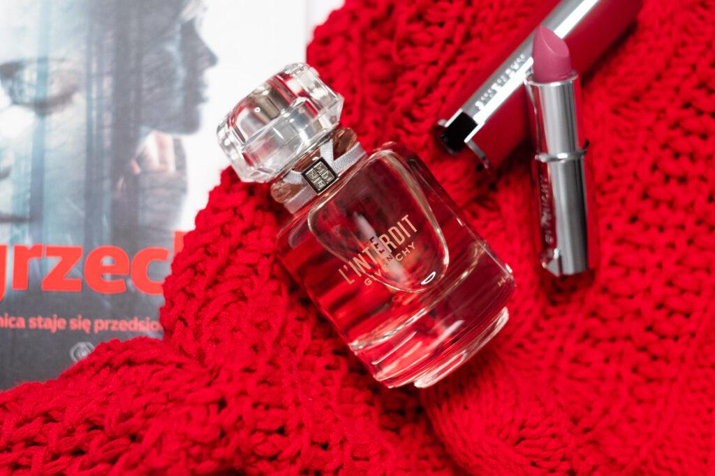 zapach l'interdit od givenchy na tle czerownego sweterka jesienne zapachy