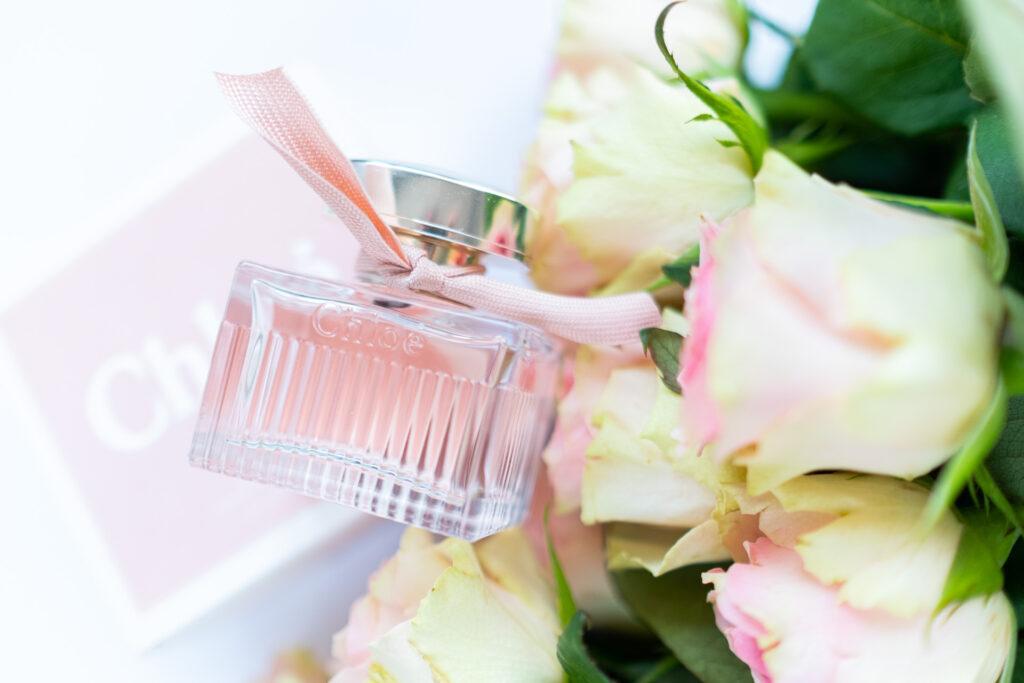 L'eau flakonik obok róż i pudełka recenzja Chloé perfumy damskie na wiosnę