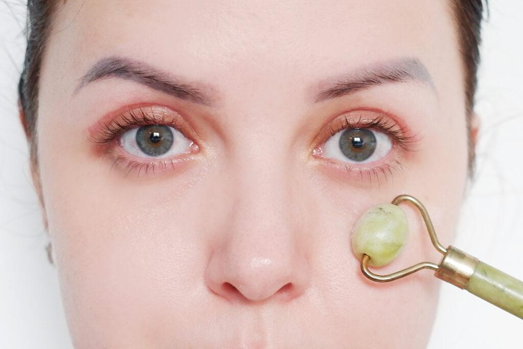 cienie pod oczami i odpowiednia pielęgnacja okolicy oka roller jadeitowy